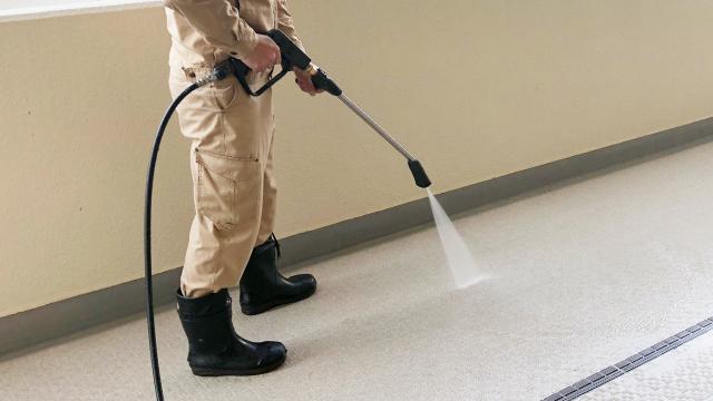高圧洗浄機でビルの廊下を清掃